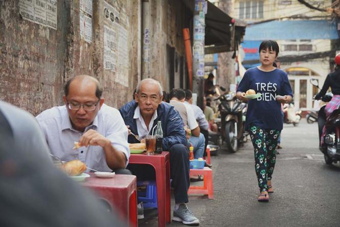 Thật thú vị khi ngồi ở một góc thành phố hiện đại, nhâm nhi ly trà nóng, ăn món bánh mì cũ xưa và cảm nhận sự chậm rãi của