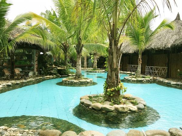 Hồ bơi với làn nước trong vắt dành cho các du khách nhí