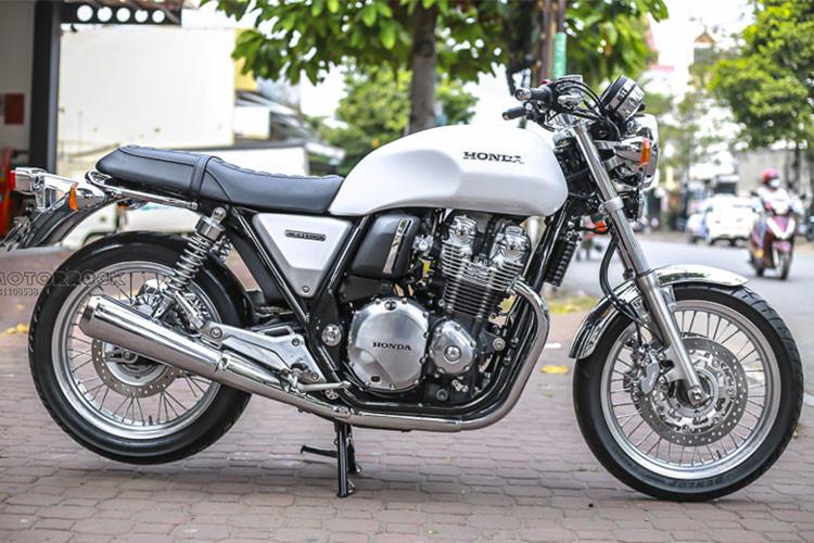 Mẫu xe môtô phân khối lớn phong cách hoài cổ - Honda CB1100 EX 2018 vừa được một cửa hàng bán môtô nhập khẩu tại TP HCM đem từ Nhật về Việt Nam. Mẫu xe này hiện đang được treo giá khoảng dưới 520 triệu đồng (mức giá của xe đã gồm VAT, phí trước bạ và ra biển số).