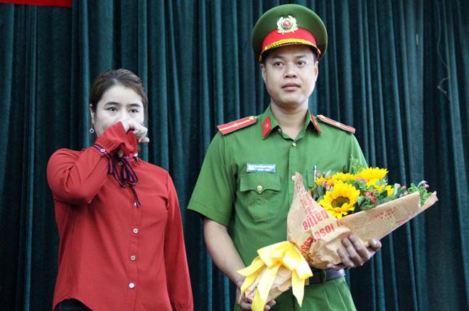 Chị Nguyễn Thị Khánh Ly tặng hoa và gửi lời tri ân đến thiếu úy Nguyễn Duy Khang
