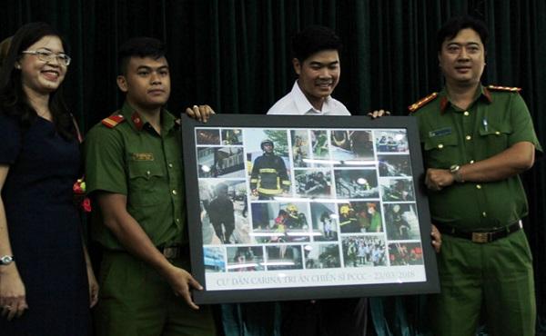 Cư dân Carina tập hợp những bức ảnh chiến sĩ PCCC quả cảm, quên thân mình khi cứu người trong hỏa hoạn để tri ân lực lượng PCCC