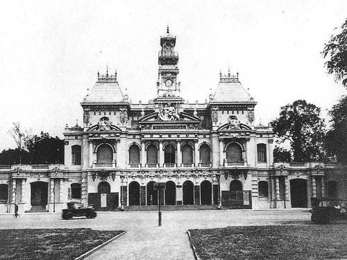 Năm 1898-1909: Xây dựng dinh Xã Tây làm trụ sở của bộ máy cầm quyền của thành phố, nay là UBND Thành phố
