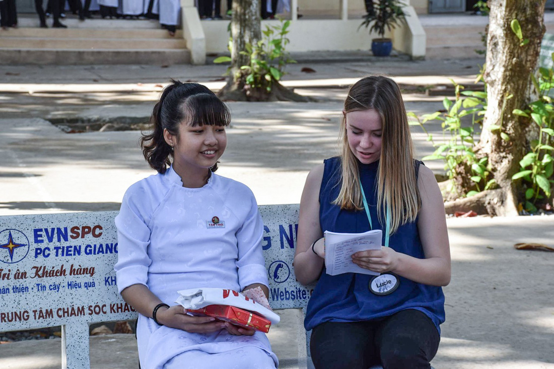Những học sinh Pháp đã chuẩn bị các câu tiếng Việt được ghi cẩn thận ra sổ để giao tiếp với học sinh Việt Nam
