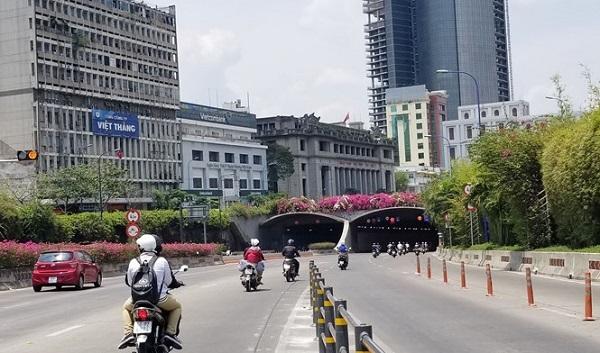 Cấm xe máy hai hướng lưu thông qua lại đường hầm sông Sài Gòn từ 20 giờ, tối 30.4 phục vụ công tác bắn pháo hoa