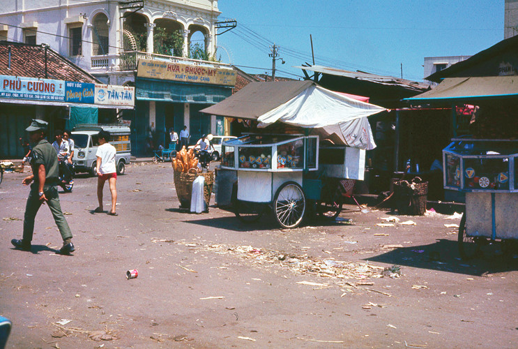 Dãy phố buôn bán trên đường Bùi Hữu Nghĩa, bên hông chợ Bà Chiểu. Ảnh: Terry Nelson Flickr.
