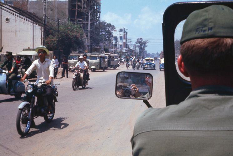 Trên đường Chi Lăng, nay là đường Phan Đăng Lưu. Ảnh: Terry Nelson Flickr.