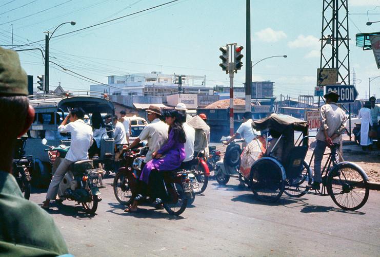 Xe cộ nhộn nhịp ở ngã tư Hàng Xanh. Ảnh: Terry Nelson Flickr.