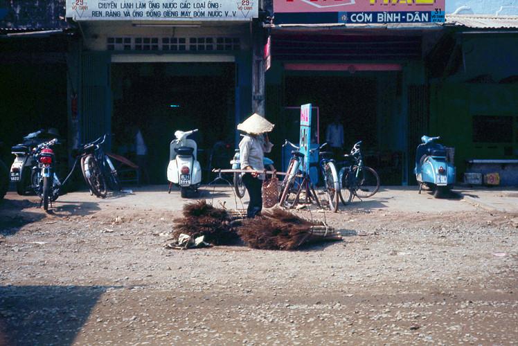 Người bán chổi rong trên đường Võ Tánh (nay là đường Hoàng Văn Thụ), quận Phú Nhuận. Ảnh: Terry Nelson Flickr.