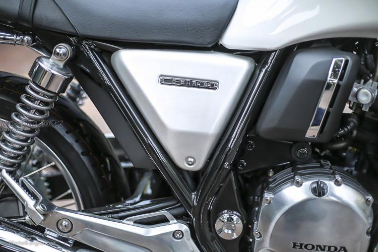 Bộ yên của CB1100 EX có thiết kế dày dặn với các đường sọc nổi cổ điển đem tới cảm giác thoải mái khi đi đường xa. Hai bên thân xe của phiên bản đặc biệt này khác biệt so với trước là trang bị ốp màu bạc, bộ khung xe màu đen kèm tem chữ nổi CB1100 mạ crom sang trọng.