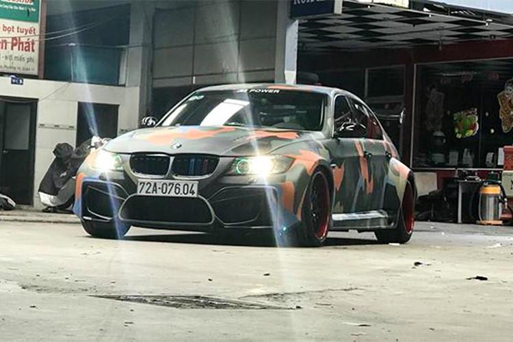 """Với thế hệ thứ 5 của dòng xe BMW 3 Series đời cũ mang mã E90 này, được sản xuất từ 2005-2013 hiện đã có giá xe cũ giảm đi nhiều. Chính điều đó đã khiến nhiều người yêu xe, đặc biệt là thương hiệu xe sang Đức đã cân nhắc mua về để """"cá nhân hóa"""" theo sở thích của bản thân."""
