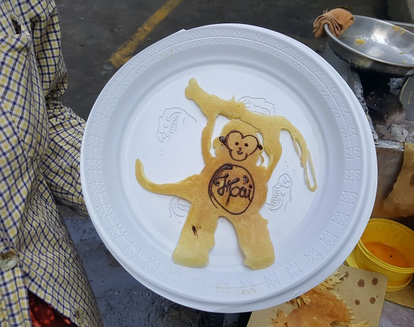 """Chưa từng học qua trường lớp nhưng nét """"vẽ"""" của chị trên những chiếc bánh đều rất có hồn."""