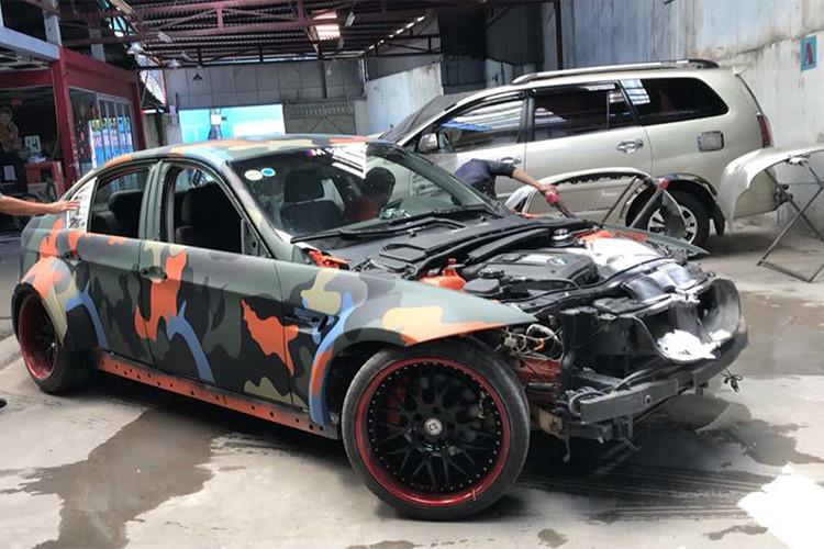 Sau khi được độ body thân rộng với hốc bánh lớn, chủ nhân xe còn chọn cách sơn xe với màu sơn camo lấy cảm hứng từ xe quân đội với chi tiết cam phá cách thay vì dán decal như nhiều xe trên thị trường hiện nay.