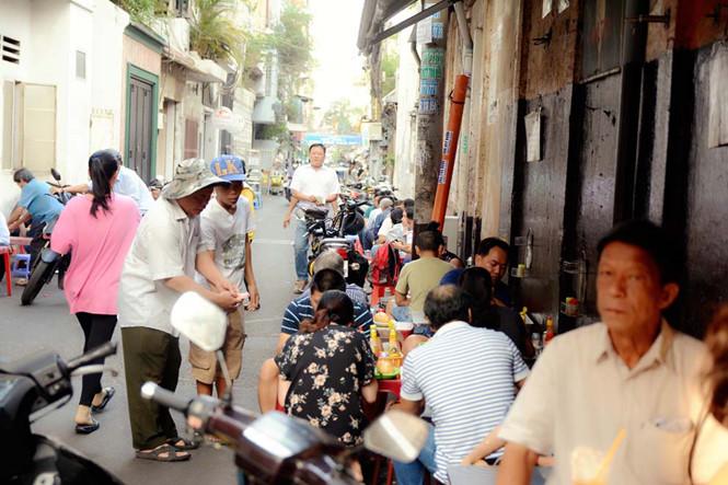 Mở cửa từ 6 giờ sáng, tiệm bánh mì Hòa Mã có rất nhiều người ăn và nhanh chóng hết veo chỉ trong một buổi.
