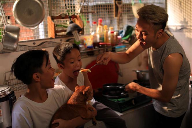 """Phi Hải vừa là thầy, vừa là cha là mẹ, chăm sóc từng bữa ăn giấc ngủ cho các """"con"""" ẢNH: NVCC"""