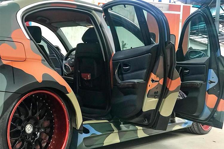 Cuối cùng, tổng thể xe đẹp mắt hơn với bộ mâm kích thước 20 inch với phần ''thịt'' lớn trông khá hấp dẫn từ hãng sản xuất mâm HRE, Mỹ (HRE Performance Wheels)... Ngoài các chi tiết ngoại thất xe được độ và sơn rằn ri ấn tượng, nội thất bên trong vẫn giữ nguyên bản theo xe.