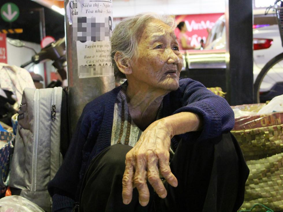 Một tháng vài lần bà Hai bắt xe lên TP.HCM bán trái cây mua từ vườn của hàng xóm ẢNH: VŨ PHƯỢNG
