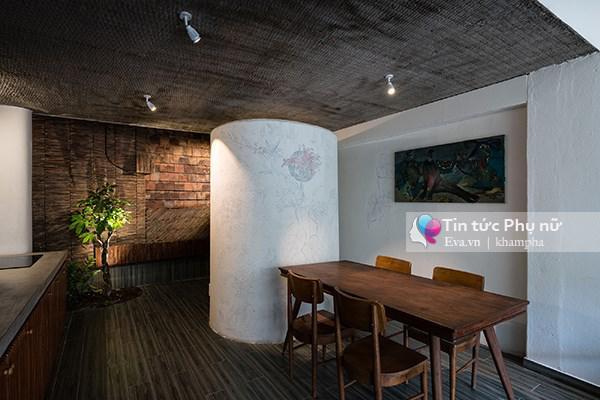 Bếp và phòng ăn kết hợp với không gian đầy ánh sáng tự nhiên.