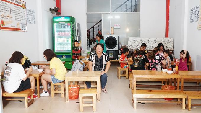 Quán nằm trên đường Cửu Long, quận 10, gần công viên Lê Thị Riêng. Không gian khiêm tốn của địa chỉ này ghi điểm vì sạch sẽ và thoáng mát.