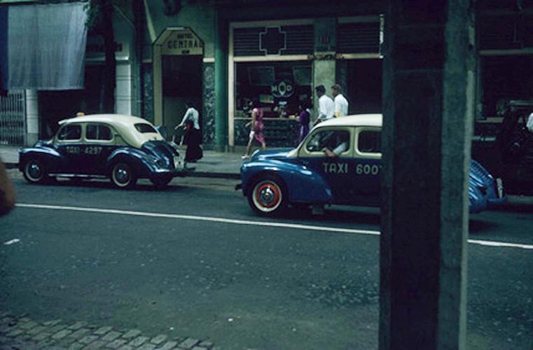 Xe taxi hai màu xanh - trắng đặc trưng của Sài Gòn xưa. Ảnh: Vietnam Center and Archive.