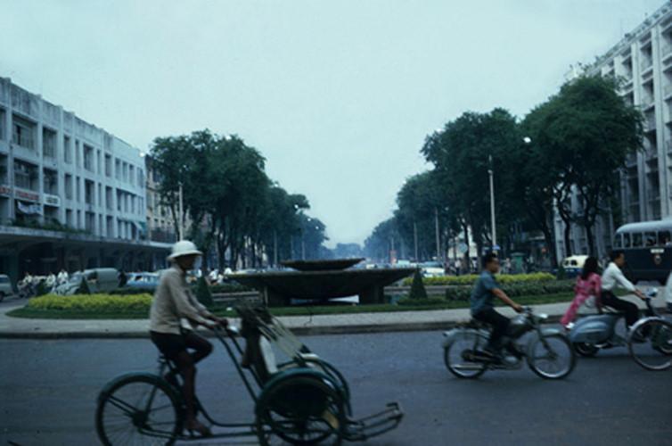 đài phun nước ở giao lộ Nguyễn Huệ - Lê Lợi. Tòa nhà bên trái là Thương xá TAX. Ảnh: Vietnam Center and Archive.