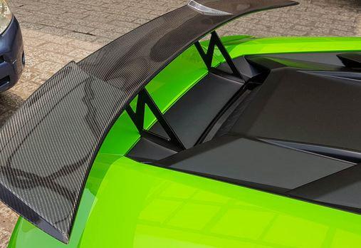 Chiếc Lamborghini Huracan LP610-4 trang bị cánh gió làm bằng sợi carbon đắt tiền.