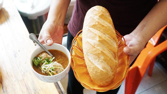 Mỗi chén bánh đúc có giá 15.000 đồng, thêm chả là 18.000 đồng. Bạn cũng có thể đổi vị với nhiều món ăn khác như: Bánh mì xíu mại, bánh bột lọc, cháo sườn tim lưỡi... Quán cũng có phục vụ các loại nước giải khát.