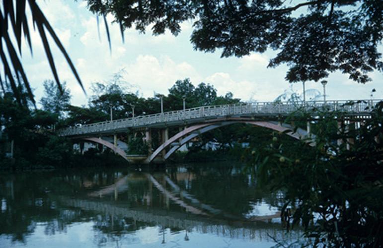 Cầu Thị Nghè phía sau Thảo Cầm Viên. Ảnh: Vietnam Center and Archive.