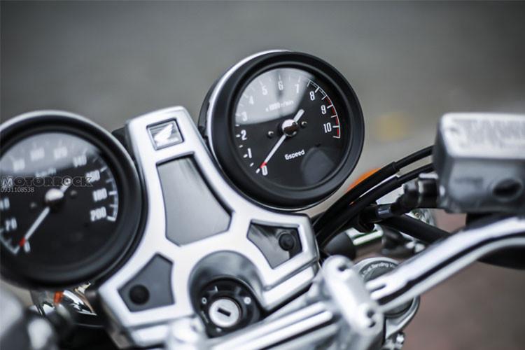 Bảng đồng hồ của chiếc xe cũng được giữ nguyên thiết kế của một mẫu xe CB750f cổ điển với 2 đồng hồ báo tua/báo tốc nằm đối xứng. Tuy nhiên ở giữa chúng nay là một màn hình hiển thị đa thông tin nhỏ, có khả năng chuyển qua lại các chế độ hiển thị nhờ 2 nút bấm bên dưới. Các nút điều khiển, khóa điện dạng chìa... không thay đổi