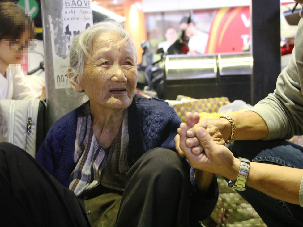 Nhờ sự lan tỏa của cộng đồng mạng, quầy hàng của bà Hai giờ luôn tràn ngập sự sẻ chia