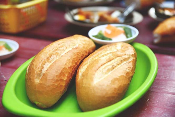Ổ bánh mì Hòa Mã to đùng, ăn là no.