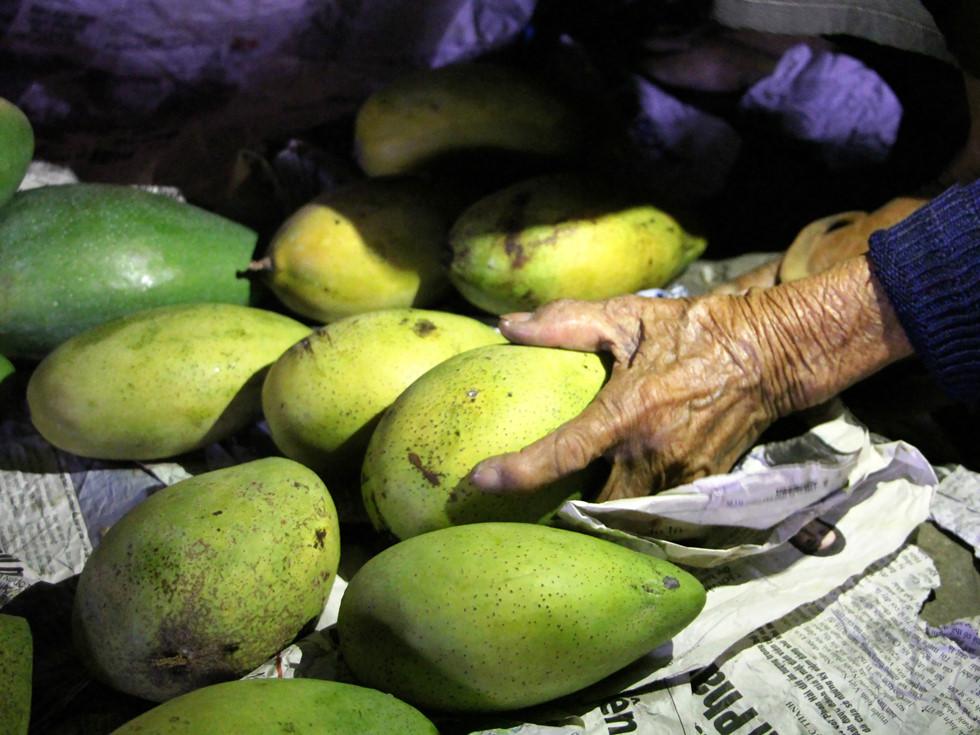 Quầy trái cây của bà Hai luôn thơm phức, ai ngửi cũng ghiền ẢNH: VŨ PHƯỢNG