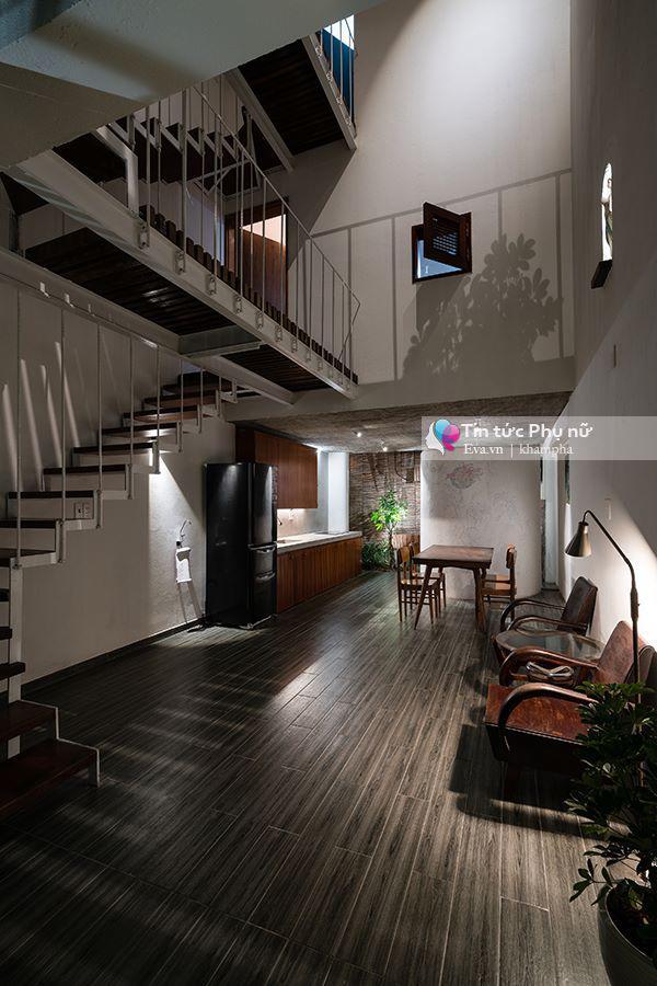 Không gian phòng khách được bày trí với nội thất cổ kính nhưng ấn tượng.