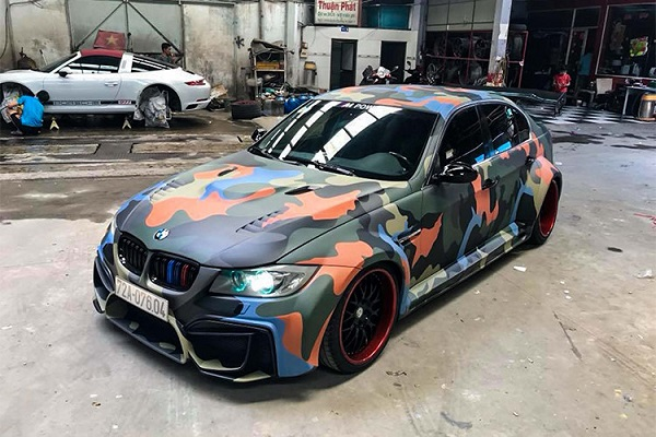 Mẫu xe ôtô BMW 3-Series độ wide body (E90) thực hiện bởi một garage tại Sài Gòn, được biết bản độ được thực hiện trong vòng 1 tháng với bộ body thân rộng khá hầm hố theo phong cách Nhật Bản thường bắt gặp trên một số hãng độ nổi tiếng như: Liberty-Walk, RAUH-Welt BEGRIFF hay Rocket Bunny - GReddy...