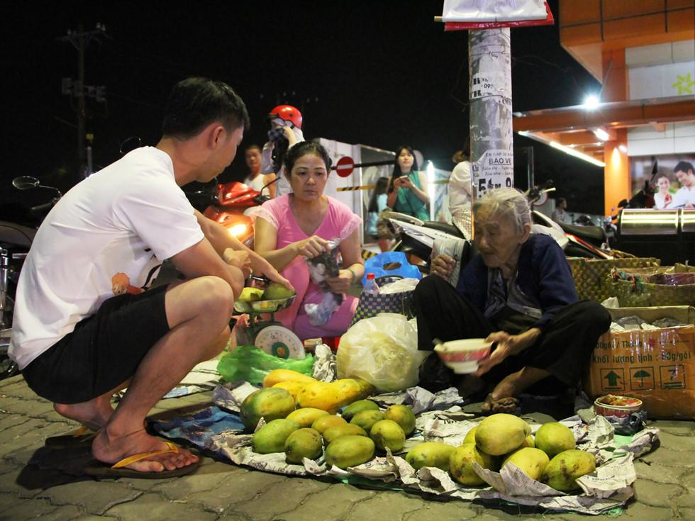 Nhiều người trẻ tìm đến mua trái cây ủng hộ và biếu bà luôn phần tiền thừa ẢNH: VŨ PHƯỢNG