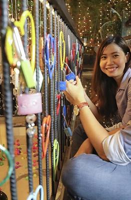 """Chiếc cầu khoá tình yêu này là ý tưởng của anh Phạm Thanh Truyền, một kiến trúc sư hiện làm việc và sinh sống tại Sài Gòn. Anh Truyền cho biết, ý tưởng dự định đã lâu nhưng đến nay mới chính thức thi công và thực hiện. """"Tôi hy vọng sẽ mang đến một điều gì đó mới mẻ, không chỉ cho riêng tôi mà còn cho mỗi vị khách có dịp ghé quán"""", anh Truyền chia sẻ."""