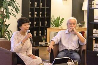 TS Nguyễn Thị Hậu và nhà phê bình văn học Phạm Xuân Nguyên tại buổi nói chuyện. Ảnh: Hảo Linh.