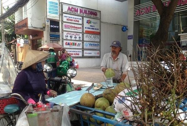 Một xe chất đầy dừa tươi, giá từ 15.000-17.000 đồng/trái.