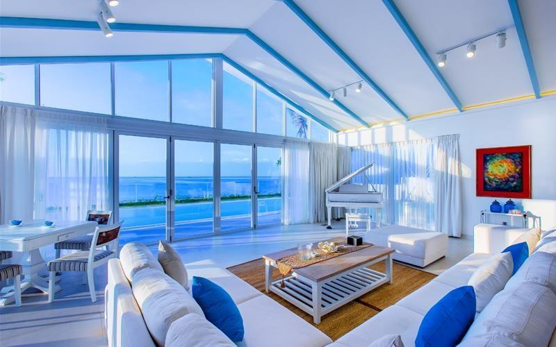 Toàn bộ khu nghỉ được xây dựng với mật độ thưa thớt, không gian mở, thoáng mát và tông màu trang trí chủ đạo là trắng, xanh. Ảnh: Alma Oasis Long Hải Resort and Spa