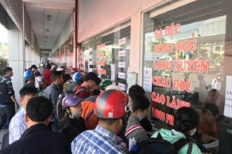Hành khách mua vé tại Bến xe Miền Tây (quận Bình Tân, TP HCM)