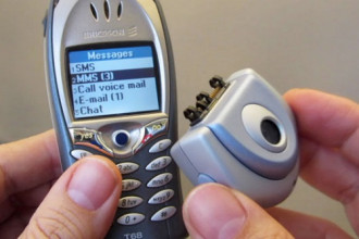 1. Sony Ericsson t68i (3/2002): Ở những năm 2000, điện thoại trở nên phổ biến nhờ giá rẻ. Tuy nhiên, điện thoại khi đó đơn thuần để liên lạc, không có chức năng chụp hình. Tất cả thay đổi nhờ Sony Ericsson t68i. Chiếc di động này cho phép người dùng mua thêm phụ kiện gắn ngoài để chụp hình để trở nên vô cùng đặc biệt trong thời kỳ của nó.