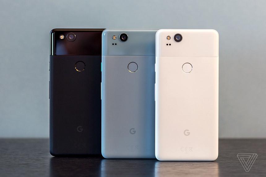 10. Google Pixel 2 (10/2017): Cụm camera 12 megapixel khẩu độ cảm biến 1/2.6 inch của Pixel 2 và Pixel 2 XL khá phổ thông nhưng cái cách nó cho ra những bức ảnh tốt nhất thị trường nhờ tinh chỉnh và tối ưu hóa phần mềm thực sự đáng kinh ngạc. Thậm chí, nó còn cho phép chụp những bức ảnh chân dung chuyên nghiệp mà chỉ cần 1 camera, khác hẳn với hệ thống 2 camera trên các smartphone đối thủ. Có được điều này là nhờ máy có khả năng phân tích từng điểm ảnh, từ đó tạo hiệu ứng bokeh một cách chuẩn xác, kể cả với camera trước.