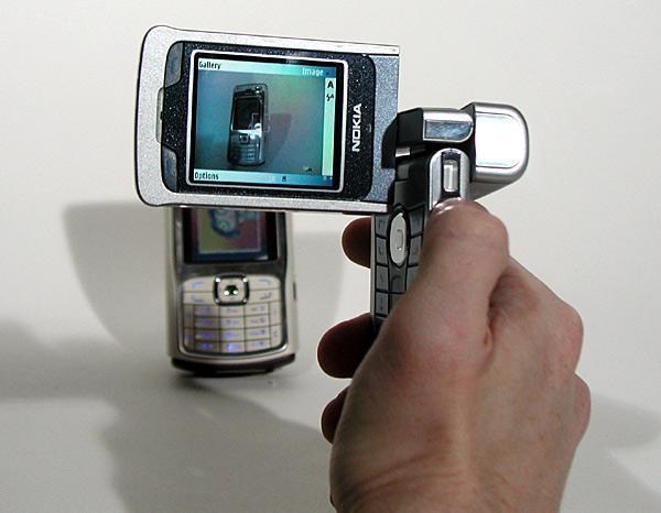 3. Nokia N90 (4/2005): Mãi cho đến năm 2005, người ta mới thấy một chiếc camera phone vượt trội tiếp theo là Nokia N90. Đây cũng là một trong những di động có thiết kế cực dị, thể hiện sự sáng tạo của nhà sản xuất Phần Lan – một chiếc điện thoại nắp gập với phần màn hình có thể xoay để biến thành máy quay phim. sử dụng camera 2 MP, nó là chiếc điện thoại Nokia đầu tiên dùng ống kính Carl Zeiss, hỗ trợ flash và quay video có âm thanh.