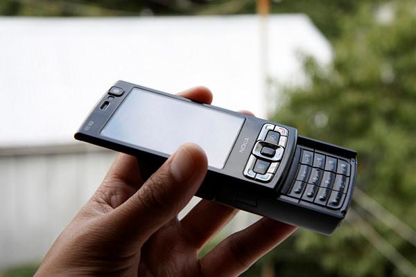 4. Nokia N95 (3/2007): Sự thống trị của Nokia thập niên 2000 trở nên rõ ràng nhất bằng màn ra mắt chiếc N95. Trong khi phần cứng không quá đặc biệt, camera 5 MP với ống kính Carl Zeiss của nó đủ sức cạnh tranh với những chiếc máy ảnh point-and-shoot. Máy ảnh này cho phép người dùng điều chỉnh cân bằng trắng, bù trừ sáng, chế độ cảnh vật và chụp liên tiếp.