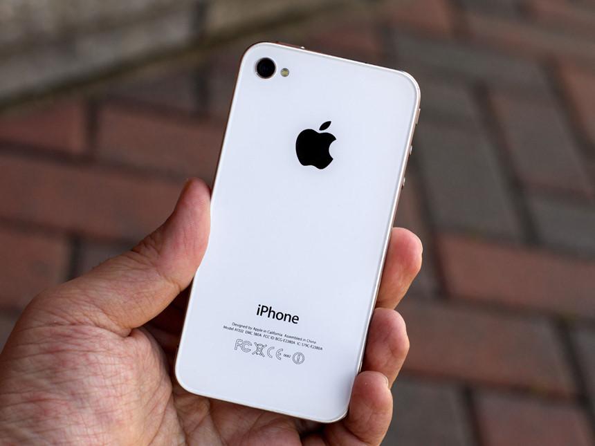 5. Apple iPhone 4 (6/2010): iPhone thế hệ đầu chắc chắn là chiếc di động cách mạng nhất mọi thời đại nhưng camera của nó không hề ấn tượng. Phải đến thế hệ thứ 4, Apple mọi thức sự làm cách mạng trên máy ảnh của iPhone. Sở hữu camera 5 MP cảm biến BSI, cùng ống kính khẩu độ f/2.8, iPhone 4 biến mọi thứ trở nên đơn giản khi chụp ảnh. Không những thế, camera VGA phía trước của nó còn mở ra kỷ nguyên trò chuyện bằng video với tính năng FaceTime.