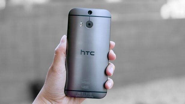 8. HTC One M8 (3/2014): Camera kép quá phổ biến trên những chiếc smartphone ngày nay và ý tưởng này được khơi mào bởi HTC với chiếc One M8 vào năm 2014. Một năm trước đó, hãng giới thiệu công nghệ Ultrapixel với One M7, nhưng One M8 trang bị thêm một camera để đo độ sâu trường ảnh, cho phép người dùng chọn điểm lấy nét trên bức ảnh và tạo hiệu ứng bokeh cho phần còn lại.