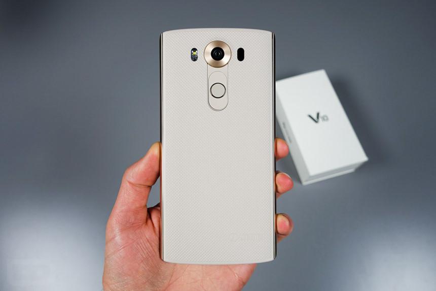 9. LG V10 (10/2015): Hầu hết smartphone trước đó chỉ chú ý đến chụp ảnh thay vì quay video, nhưng mọi thứ thay đổi với LG V10. Tất nhiên, người dùng vẫn có thể chụp những bức ảnh chất lượng cao với V10 nhưng khi quay video, V10 mở ra cánh cửa cho các nhà làm nội dung kể câu chuyện thông qua video. Đây cũng là một trong những smartphone thương mại đầu tiên thành công trong việc hỗ trợ chỉnh tay các thông số khi quay video.