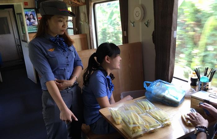 Các nữ tiếp viên chuẩn bị phần thức ăn phục vụ khách.
