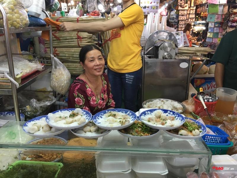Cô Ánh hay còn được gọi là cô Ba bánh bèo luôn niềm nở với khách đến ăn.