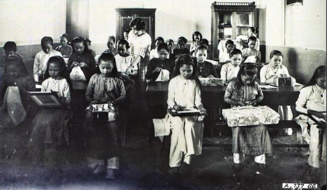 Một cảnh học thêu tại trường Gia Long thời kỳ đầu.