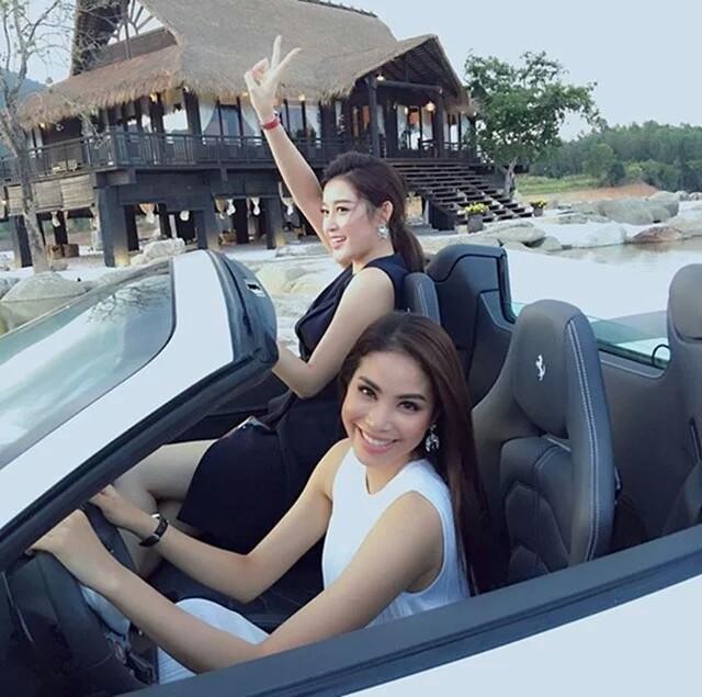 Phạm Hương (ngồi sau tay lái) cùng Huyền My thích thú bên siêu xe Ferrari 458 Spider.